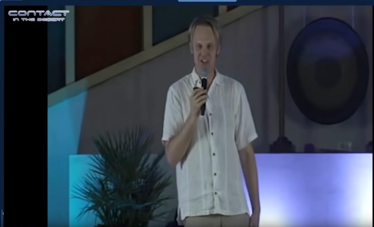 David Wilcock luennoitsemassa Contact In The Desert tapahtumassa